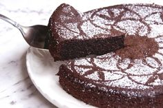 Nigellas Chocolate Olive Oil Cake 3 Cuts into slices It's no secret that I love chocolate. A lot. However, I have a bit of an appetite anomaly because although I love chocolate, I don't really love chocolate cakes or… Flourless Chocolate Cakes, Vegan Chocolate, Chocolate Recipes, Chocolate Fondant Cake, Flourless Desserts, Cakes To Make, Sweet Recipes, Cake Recipes, Dessert Recipes