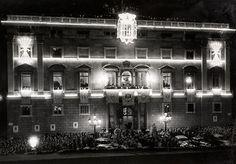Barcelona en postguerra | Visita del dictador | Ajuntament de Barcelona | Façana de l'Ajuntament engalanat amb els símbols feixistes. Pérez de Rozas. 26 de gener de 1942 (AFB)