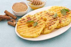 L'ananas alla piastra con miele e cannella è un modo  alternativo, originale ed esotico per assaporare questo succoso frutto servito caldo e speziato.