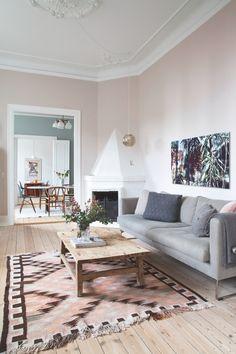 Sarah og Christian var tæt på at købe sig fattige i farveprø Living Room Tv, Cozy Living, Home And Living, Modern Living, Bedroom Furniture Sets, Room Decor Bedroom, Living Furniture, Bedroom Sets, Furniture Design