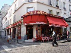 """Se estiver de passagem por Paris, você não pode deixar de conhecer o Café Deux Moulins, que aparece no famoso clássico francês """" O Fabuloso Destino de Amélie Poulain """" Não esqueça de provar o café e o maravilhoso Crème Brulée!"""