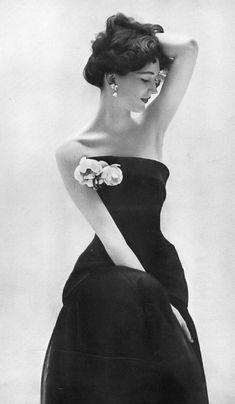 Dovima, photo by Richard Avedon, Harper's Bazaar, April 1951 #womensfashionretrochic