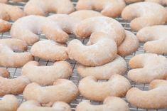 Vanilkové rohlíčky bezlepkové Tonka Bohne, Dairy Free Recipes, Raw Vegan, Bagel, Doughnut, Free Food, Food And Drink, Bread, Cooking