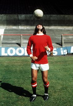 George Best shows off his juggling prowess during a pre-season photocall, 1971 Football Icon, Football Soccer, Football Players, Manchester United Legends, Manchester United Football, Fifa, Photo Pa, Image Foot, Most Popular Sports