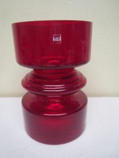 Nanny Stillin suunnittelema punainen Tiimalasi -maljakko.  Ehjä ja siistikuntoinen, tarra jäljellä.  Pohjassa näkyy jonkin verran siirtelyjälkiä, eivät näy kuvassa selvästi.  Ei signeerattu.  Korkeus 18 cm. MYYTY.