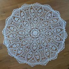 Ravelry: Skelly-Go-Round with Skulls of Plenty pattern by Ann Wanamaker Crochet Doily Rug, Crochet Tablecloth, Thread Crochet, Crochet Gifts, Crochet Yarn, Crochet Hooks, Crochet Skull Patterns, Doily Patterns, Halloween Tulle Wreath