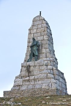 Goldbach (68) - Grand Ballon : Monument des Diables Bleus.  Détruit en juillet 1940, le monument commémoratif dédié aux Chasseurs alpins érigé en 1927, fut reconstruit en 1960 au même endroit. Sculpture en bronze par Pierre Bouret.  © Christophe Hamm