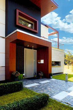 Główne wejście do domu - esencja koncepcji wykończenia budynku - staranne, efektowne połączenie kamienia, drewna, stali i zieleni