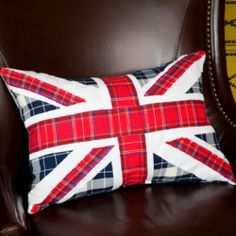 Union Jack DIY Pillow: Make this pillow in no time with the most basic sewing skills.  Sew easy!