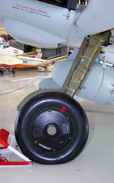 Messerschmitt Bf - Walk Around - Photographies - English Aircraft Engine, Ww2 Aircraft, Bf 109 K4, Me 109, Landing Gear, Nose Art, Model Airplanes, Luftwaffe, Military History