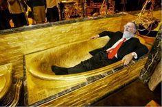 Vaza imagem de banheira de ouro maciço onde Bispo Macedo diz falar com Deus assim como a ''arca da aliança''