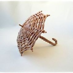 No photo description available. Paper Basket Weaving, Willow Weaving, Weaving Art, Newspaper Basket, Newspaper Crafts, Weaving Designs, Weaving Patterns, Handmade Crafts, Diy And Crafts