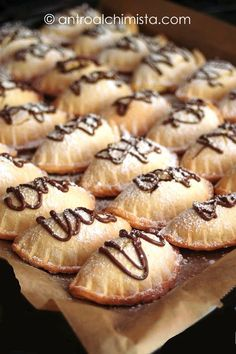 Baked Sweet Ravioli with Ricotta and Chocolate- Ravioli Dolci al Forno con Ricotta e Cioccolato Baked Sweet Ravioli with Ricotta and Chocolate - Italian Pastries, Italian Desserts, Italian Recipes, Italian Dishes, Cannelloni Ricotta, Delicious Desserts, Dessert Recipes, Dishes Recipes, Puddings