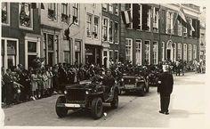 Historische optocht in Middelburg, 1948. Deelnemers in jeeps in de Lange Noordstraat.