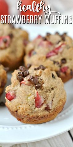 These gorgeous muffins not only taste delicious, but are low in calories and fat! So, who wants a couple Skinny Strawberry Chocolate Chip muffins for breakfast? Yummy Treats, Delicious Desserts, Sweet Treats, Yummy Food, Strawberry Muffins, Strawberry Recipes, Baking Recipes, Dessert Recipes, Ww Recipes