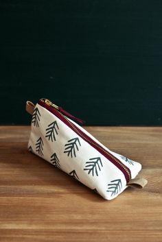 Bei Heimarbeit werden Baumwoll- und Leinenstoffe von Hand bedruckt. So entstehen einzigartige Muster, die jede Tasche zu e...