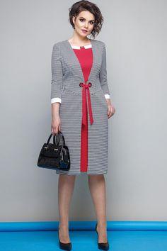 Элегантное, женственное платье полуприлегающего силуэта, с имитацией платья и кардигана, длиной до середины колена, с двушовным втачным рукавом длиной 3/4. Спинка с талиевыми вытачками, со средним швом, в котором обработана застежка на потайную тесьму-«молнию». Перед с отлетными деталями, вставленными в плечевой, пройму и боковой. Отлетные детали с наклонными подрезами, с рельефами от пройм до подреза. Нижняя деталь переда с рельефами от пройм до низа. В боковых швах обработаны карманы. ...