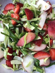 Salat med sommerlækkerier – Madogfritid Caprese Salad, Fruit Salad, Bacon, Food And Drink, Desserts, Tailgate Desserts, Deserts, Fruit Salads, Dessert