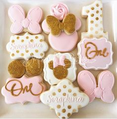 Minnie Mouse cookies. Custom cookies. Minnie Mouse party ideas.