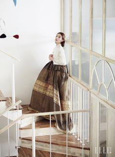모던한 레이스 소재의 저고리와 뒷자락이 넓게 퍼지는 치마, 길게 늘어지는 노리개, 플라워 모티프의 머리 장식은 모두 Traditional Korean Costume Kim Young Seok.