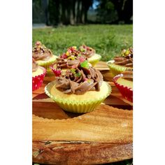 """""""Vanilla cupcakes with milk chocolate buttercream and popping candy #cupcakes #vanillabean #chocolate #poppingcandy #hayleescakes"""""""