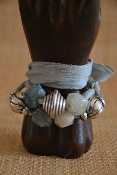 Preciosa y exclusiva pulsera de agata, zamak y sedas...