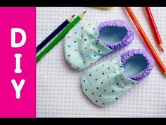 How to Sew Baby Boots // Free Baby Booties Pattern & Tutorial Baby Shoes Pattern, Baby Dress Patterns, Shoe Pattern, Sewing For Kids, Baby Sewing, Sew Baby, Kids Slippers, Baby Boots, Crib Shoes