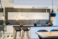 Sisustuksen harkittu muotokieli ja tilallinen kerroksellisuus luo modernista keittiö- ja ruokailutilasta tyylikkään kokonaisuuden. Klikkaa kuvaa, niin näet tarkemmat tiedot!