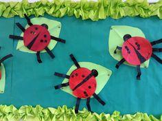 Lieveheersbeestjes, nav. 'Het vervelende lieveheersbeestje' van Eric Carle. Tellen tot 6 en splitsen worden geoefend.