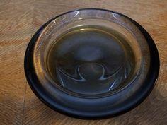 En Ca 20cm grønn skål/askebeger av Willy Johansson selges. Hadeland Glassverk.