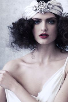 stunning, would this work? Actually if I had a wig like this I would wear this. So 1920's. Beautiful.