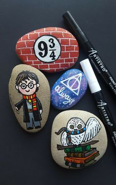 Harry Potter painted story stones with Artistro 30 acrylic paint pens. Harry Potter painted story stones with Artistro 30 acrylic paint pens. Pebble Painting, Pebble Art, Stone Painting, Painting On Hand, Pour Painting, Fabric Painting, Painting Art, Story Stones, Rock Painting Ideas Easy