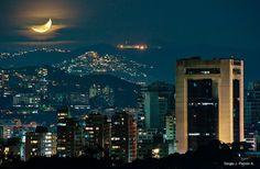 Luna sobre Caracas    Vista de la ciudad de Caracas con la torre Británica en primer plano, Altamira Sur, Municipio Chacao    View of the city of Caracas with Británica tower in the foreground, Altamira Sur, Municipio Chacao