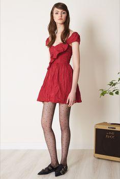 Guarda la sfilata di moda RED Valentino a New York e scopri la collezione di abiti e accessori per la stagione Pre-Collezioni Autunno-Inverno 2017-18.