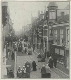 Keizerstraat met rechts het Molenslop, gezien richting Prins Willemstraat, op straat veel vrouwen in klederdracht. 1909 #ZuidHolland #Scheveningen