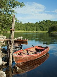 Rowboats by Nidelva (River Nid), Trondheim, Norway. Photo: Helena Normark, via… Old Boats, Small Boats, Boat Building Plans, Boat Plans, Image Foto, Boat Art, Float Your Boat, Boat Painting, Wooden Boats