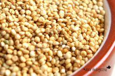 Czym jest quinoa i jak ją przygotować? :http://ulicaekologiczna.pl/przepisy/orzechowa-quinoa-ze-szpinakiem-jajkiem-w-koszulce-i-marynowana-marchewka