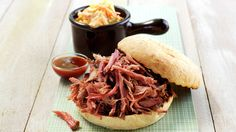 Pulled pork i stekeovnen Cole Slaw, Pulled Pork, Hot Sauce, Pork Recipes, Barbecue, Grilling, Sandwiches, Food Porn, Good Food