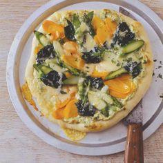 Rezept: Pizza mit grünem Spargel, Spinat und Möhren - [LIVING AT HOME]