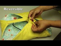 In this week's video tutorial I teach you step-by-step how to make a quilted casserole carrier. These carriers make the perfect functional gift to give as a . Blog Couture, Creation Couture, Quilting Tutorials, Sewing Tutorials, Diy Quilting, Sewing Patterns Free, Free Sewing, Sewing Hacks, Sewing Crafts