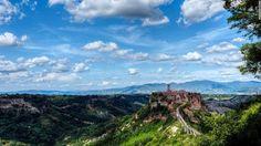 Italia hấp dẫn du khách từ khắp thế giới nhờ phong cảnh đẹp, các công trình kiến trúc lâu đời, văn hóa đa dạng và ẩm thực đặc sắc.  33 lý do khiến du khách phải làm một chuyến du lịch Italia trong đời  Civita di Bagnoregio, Viterbo: Thị trấn này được người Etrusca xây dựng cách đây 2.500 năm,...