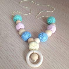 Collana da allattamento con perle amigurumi e in legno colori pastello, fatta a mano all'uncinetto, by La piccola bottega della Creatività, 16,00 € su misshobby.com