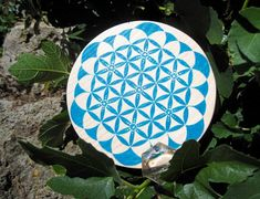 Fleur de Vie artisanale en bois bleu et argent. symbole géométrie sacrée, spirituel, mandala, bois, énergie, dynamiser, harmoniser