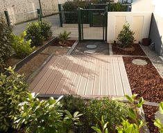 Une petite terrasse bien définie pour accueillir les rayons du soleil du matin. ✨ Cosy Home, Deck, Outdoor Decor, Projects, Home Decor, Morning Sun, Small Terrace, Environment, Log Projects