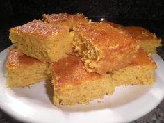 Essa receita de Bolo de Milho com Leite Condensado é muito fácil porque é feita no liquidificador e rende um bolo delicioso e fofinho. Experimente!