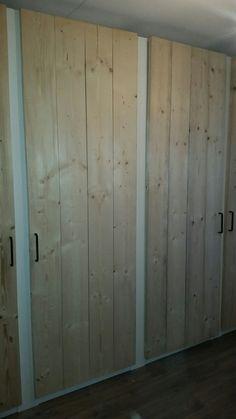 Ikea kasten met steigerhouten deuren en zwarte stalen handgrepen