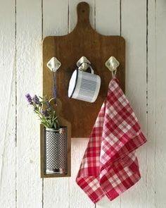 Upcycled Crafts, Home Crafts, Diy Home Decor, Diy And Crafts, Kitchen Board, Diy Kitchen, Spring Kitchen Decor, Diy Casa, Wooden Hangers
