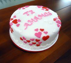 A cliente pediu um bolo para presentear sua mãe. E nada melhor que corações para simbolizar o amor. Qual mãe não se emocionaria ao receber um desses?