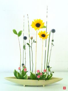 生け花「背くらべ」Beautiful #Ikebana #Floral #Art Turnadaisy.com = the best turntables for artists of all kinds...