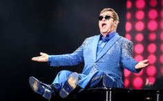 3º DIA: Elton John brinca com o piano durante apresentação no Palco Mundo no Rock in Rio 2015